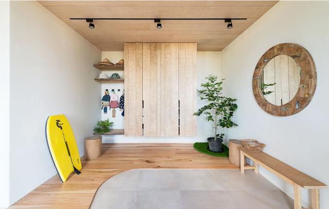 玄关自然简约的设计,水泥地面与木地板结合,高低落差的设计方式,灰尘不容易散落至室内,更换鞋子后,又可以踩着舒适的木地板前往室内。鞋柜采用落地式设计,不易形成卫生死角,清洁简单又提升空间通透感。