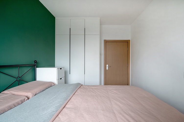 卧室床是宜家款,墙面做了分色处理绿色与粉色的比例是1/3.粉色墙面与粉色被单相呼应。床头一角,原来这里是要放床头柜的,因为要增加储物所以摆放了一组五斗柜。做贴身衣物的储藏。床头另一角与客厅相呼应的马醉木,也与床头的绿色相呼应。从窗户往门口看,顶面做了阴阳角处理没有做石膏线,柜体基材采用的是爱格板卧室里的柜体主要以挂为主方便寻找衣物,在不好拿取得地方做为了被子床褥的储藏。