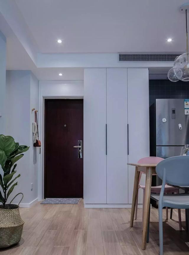 | 玄关 |  小空间布局中,玄关、餐厅和起居室空间的一体化设计,使每个功能没有很强烈的分割也不会很独立的存在,从而让小空间看上去不再局促。