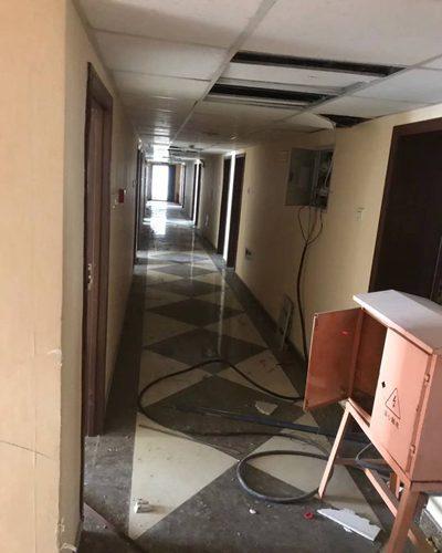 酒店装修流程三:确定施工工序 由于酒店有客房部分和公共部分两种不同的分类,所以根据其特点来考虑其难易程度、材料供应情况及施工工人的进场先后进场顺序。客房部分施工时采用分层分段平行流水作业,为了缩短整体工程的工期、减少物流、减少劳力的情况下高质量、高效率的完成装饰工程。一般的施工工序为先上后下(即先天花后墙身地面),先管线后洁具、灯具,而且家具需要在场外集中加工完成。