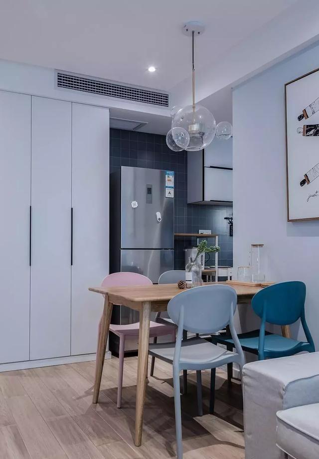 | 厨房 | 厨房与餐厅相临,半开放式的设计,厨房采用了更易于打理的灰色地砖。