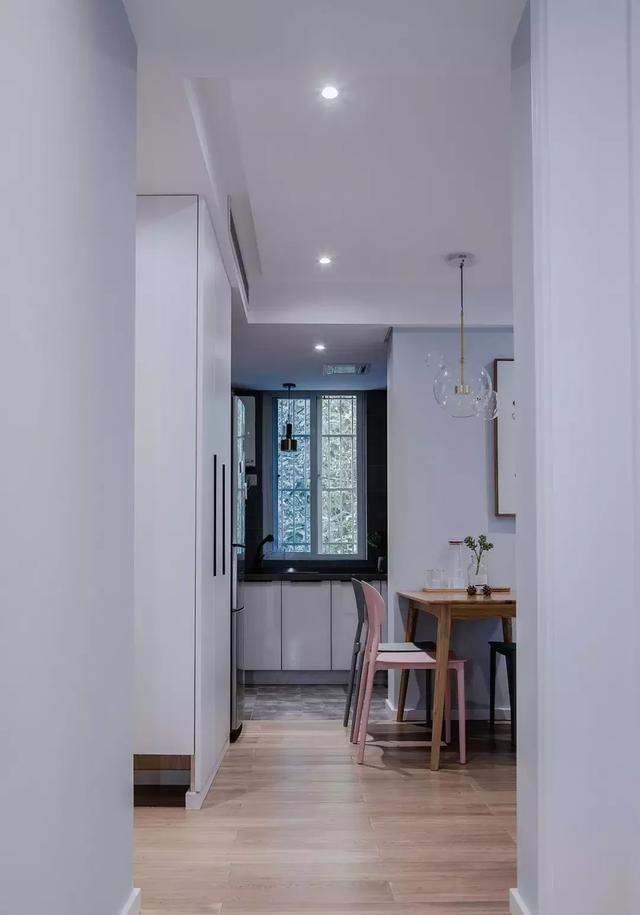 卧室以深邃的蓝为背景,赋予了空间平静和坦然气质,。灰蓝色的床品与灰色窗帘,卧室空间更显宁静优雅。  颇有味道的墙面挂件,让原本有稍许沉闷的背景充满的生命力。太赞,大爱!