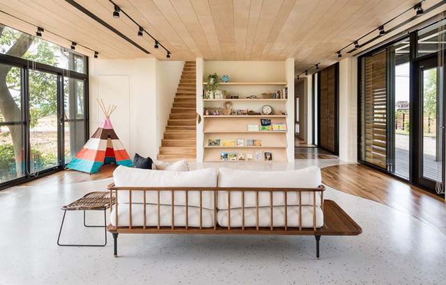 住宅四周围绕着稻田,采用多面窗设计,开阔视野延展户外风景绿意。一层采用开放式格局,增加了空间互动与通透性。客厅地面采用水磨石地砖与木地板结合,1比1.618的黄金比例,设计弧度曲线,创造出户户型地面造型。书墙取代电视墙,实践活在自然的初心。