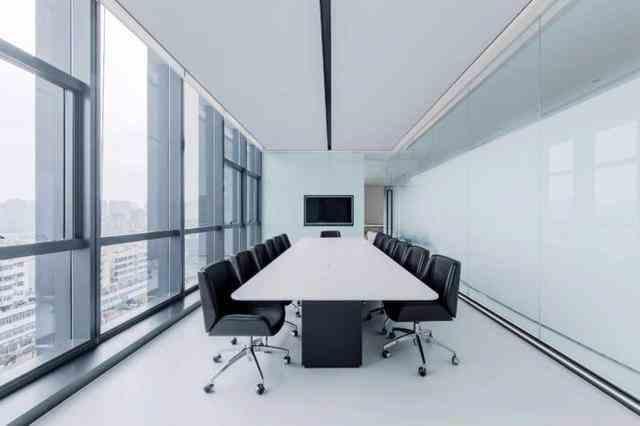 """尤其在当代化办公方式不断更新迭代的时代里,办公场所的存在主要是为员工提供一个温馨舒适的工作环境而已,然而在不同的办公室装修风格的效果引导下会裂变出不同的蝴蝶效应,所以塑造一个适合公司发展的舒适办公环境就显得非常有必要。洋气的办公室应该怎么装修呢?不妨接着看下面。<br>        打造一个洋气的办公空间,重要的是正确挑选设计风格,因为装修风格是后期具现化的视觉实体,人类对视觉信息的传达远远高于听觉,所以我们建议大家优先考虑想要把办公室装修成什么样的风格。值得注意的是不同装修风格都有属于自己的倾向,也是确定办公空间形态的立足点,针对风格去做出相应的喜好设计,是视觉感官内容在形式上的需求。 """"没有不好的颜色,只有不好的搭配"""",著名画家梵高这样说道。很多心理学专家认为色彩是一种情感言语的表达,更是一种人类极为复杂的感受,表现在对物理、心理、生理方面的内心需求。而在办公室装修中也是较为注重色彩方面的搭配,一个有层次感、有个性又既能协调周边环境的色素往往能演绎出不一样的洋气感,然则切勿将个人情感太过于凸显在某一个点之上,鉴于美感方面的实质需求,我们应该把实用性与色彩合理结合起来。  装饰品在办公室装修之中起着承上启下的作用,不同装饰品虽然体型大小不同,但却通常在办公场所里扮演着非常重要的角色。烘托气氛靠装饰摆件、挂件去调和出丰富的空间感使办公空间更具生机和活力,不仅是兴趣爱好,更是一种对办公的一种品位,因为往往设计出一套能体现出公司办公室的品味方案是一种人为干涉的理念,界限的点睛之笔通常都是这样被打破的。  办公室装修出洋气的效果固然重要,可是实用性却常常会被同质化削弱出去,为此过于仓促的去对装修质感、造型感太过于依赖,势必会被各种装修风格给繁琐束缚。我们认为:在满足基本办公需求之下去保证办公室场所的美观性,对于一个颜值派来说是可遇而不可求的。"""