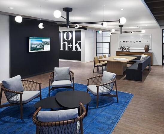 3、现代感<br/>   为了便于思想交流,加强民主管理,目前,许多企业的办公室装饰往往采用共享空间--开敞式设计,这种设计已成为现代新型办公室的特征,它形成了现代办公室新空间的概念。<br/>   4、清新感<br/>   现代还注重于办公环境的研究,将自然环境引入室内,绿化室内外的环境,给办公环境带来一派生机,这也是现代办公室的另一特征。