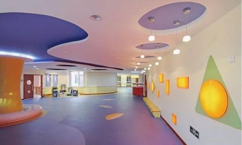 幼儿园皇冠设计采用了内嵌式设计,不但非常的整洁好看,而且还有效的节约了空间。大面积的窗户,可提升室内的亮度。开放式的教学区、活动区和休闲区设计非常合理。顶灯的设计,既有流动感又可以让整个空间更加的开阔。