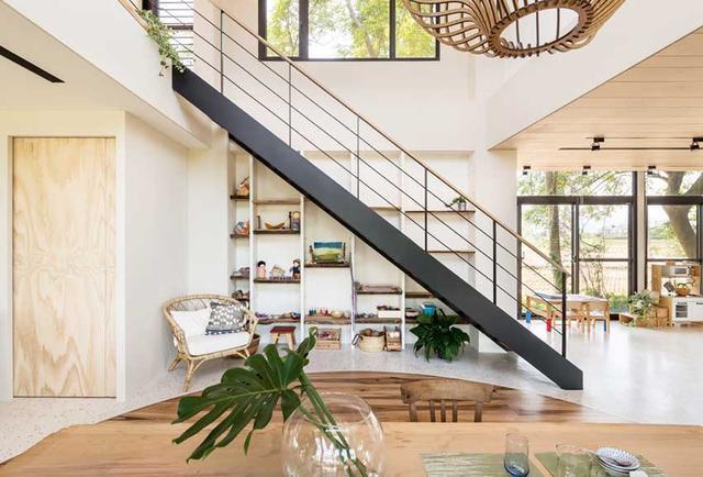 餐厅上方属于挑高空间,采用钢架结构楼梯衔接空间。镂空造型的扶手设计,让空间更通透。