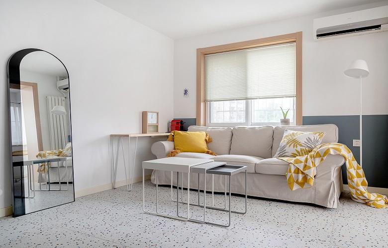 利用客厅的进深在沙发对面增加了一组储物柜体,增加全屋的储物空间。原先是考虑幕布投影做整体柜体,考虑到老人所以选择牺牲一部分储物电视内嵌。地面选择的是水磨石,踢脚线选择的是实木乳白色踢脚。窗套是采用的是和门套垭口一样的材质木色贴皮。