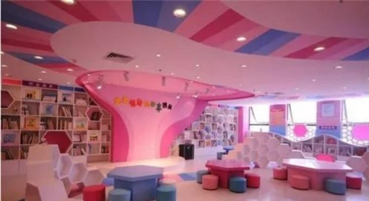 整个空间以粉色、玫红色为主。流动性的设计,再搭配造型独特的桌椅和装饰品,则能营造出一种温馨、舒适的视觉感。