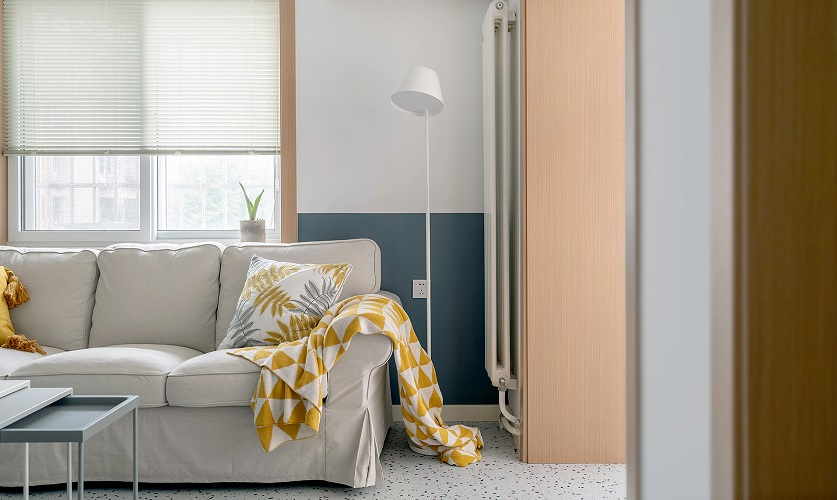 沙发区域墙体做了上下墙的设计增加客厅的趣味性,上下墙的分配比例是1200mm灰蓝色白色区域1248mm。在沙发旁边摆放了一个1200mm*350mm的长条桌,用来摆放一些零食咖啡机,看电视电影再也不怕没有零食陪伴了。