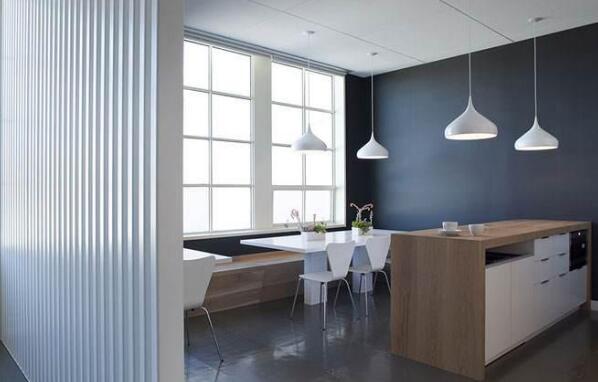 三、合理的使用色彩<br/>   在一些经典的背景墙设计中,我们发现有的背景墙的时候,颜色大部分都处理的非常的和谐,有些是简洁明快的感觉,有些是简单大方的感觉,有些是豪华庄重,综合的来说,在进行公司背景墙设计的时候,必须要对颜色进行合理的处理,同时也要根据公司的特点选择颜色,例如最典型的例子就是移动公司的背景墙总会是蓝色一样。