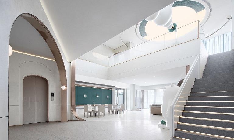 售楼部最具个性及最引以为豪的毫无疑问当属它那水晶般亮丽的阳光大厅。这--切都得以让阳光最大限度地渲泄而下,使整个大厅都充满了勃勃生机及浓浓的大自然气息;室内的布局不以恢弘场面为张扬,而是以错落有致的舒适位配合大厅走势,其松紧有序之中求变化的精细设计相当具人性化,线条优美舒展的弧形楼梯以及楼梯旁钻!石般的迭水池造型,热情祥溢的接待总台,洽谈。座设计了精细的金色扭纹木线。这些细部的设计既增强了可观赏性,亦使整面墙达到了虚实得当、层次分明的良好的整体效果。站在大厅中央,抬头看那明净的镜面与中央流光溢彩的水晶吊灯交相辉映,熠熠生辉。外观钢结构玻璃落地窗构成的售楼部,室内外之间由透明玻璃幕墙相隔, 既扩大了空间感,又使两者在视觉上交相辉映,和谐统一。 虽不能说是沧海桑田,但其独:特的气质还是会让人驻足品味,浮想联翩。